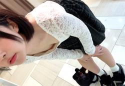 【eros532胸チラ】靴の試着中にちっぱいにありがちな浮きブラで胸チラしちゃう白い肌がエロいショートカットのロリっ娘の画像