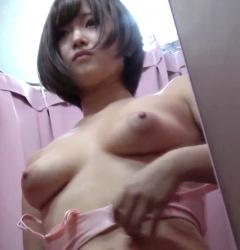 【eros614試着室盗撮】タレ気味の巨乳に乳輪大きめな乳首が美味しそうなボブカットのcool系美人JKの水着試着の画像