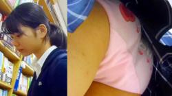 【upskirt451逆さ撮りJK】生理用シート着用ながら英字のプリントピンクPのお尻を何度も突き出すお顔の整った美少女JKの画像