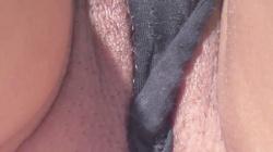 【eros860座りチラ】寝そべる黒パンからはみ出る陰毛と大陰唇を接写で楽しむ盗撮動画の画像
