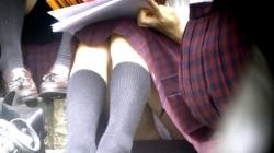 【eros919座りパンチラ】長めのスカートで油断したのか体育座りでピンクPを晒してしまうお淑やかそうなJKの画像