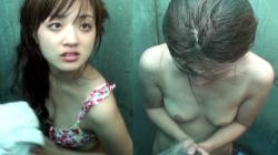 【eros989シャワー盗撮】乳輪小さめなおっぱいが美味しそうな幼顔のスレンダー美少女の海の家でのシャワー盗撮動画の画像