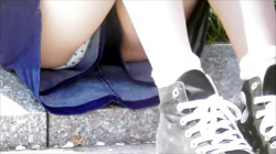 【eros1035座りパンチラ】キュロットの隙間から水玉Pを座りパンチラする白い太ももがエロいとても可愛い美少女の画像