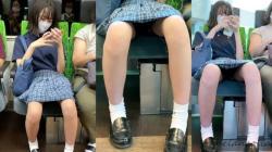 【eros1059座りパンチラ】ミニスカから伸びるキレイな生足とお股を広げ重ねパンチラするかなりカワイイロリ系JKの画像