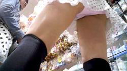 【upskirt688逆さ撮りJC】美味しそうな太ももとピンクPのエッチなお股を撮られちゃうミニスカニーソの私服JCの画像