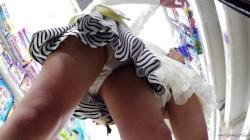 【upskirt695逆さ撮りJC】ちょっとおませなパンツを履いているCっぽいロリ娘のプリプリな太ももとパンチラを楽しむ動画の画像