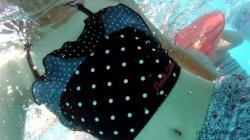 【eros1130プール盗撮】ロリ娘のエッチな小尻とずり下がるホルターネックビキニから見える胸元をプールでじっくりと堪能する動画の画像