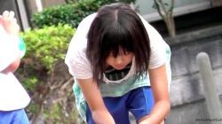 【eros1154胸チラ盗撮】胸元ユルユルのロングTからちっぱいを望遠で撮られちゃう水風船を作る美少女なJCの画像