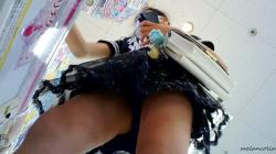 【eros1172生脚盗撮】プリチケで遊ぶロリっ娘姉妹のプリプリな太ももをじっくりと鑑賞する動画の画像