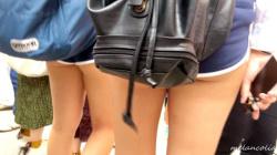 【eros1176太もも盗撮】ショーパンからお尻がはみ出し全体的にエッチな服装になっているU○JでのJK2人組の画像