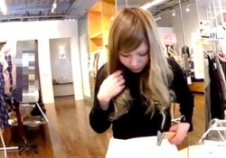 【盗撮動画】人懐っこい接客態度と上目遣いが可愛すぎる金髪ショップ店員の黒スト越しパンチラ!の画像