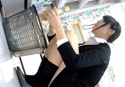 【盗撮動画】コスメコーナーで働く美人店員が商品を補充する瞬間を狙ってパンチラゲット成功wwwの画像