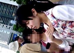 隠しカメラに気付き目を丸くして驚くお姉さん⇒しかしその後も粘着してパンチラ撮影続行wwwの画像
