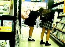 【盗撮動画】アニメ系ショップでオタク系JKのテカテカサテンパンチラを逆さ撮り!他2名の画像