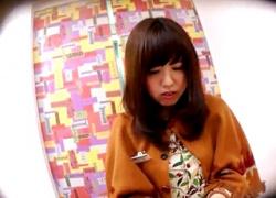 【盗撮動画】可愛くておっとりした雰囲気なのにスカートの中はパンツが食い込みまくっているアパレル店員さんwwwの画像