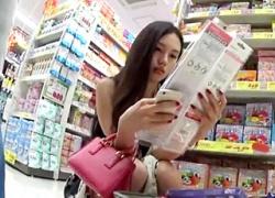【盗撮動画】超美人な中国人観光客の美尻にジャストフィットした白Pが秀逸なインバウンドパンチラ!の画像