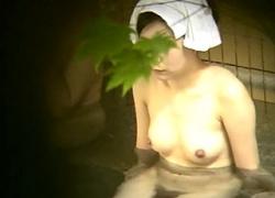 【盗撮動画】たまらねぇ身体してるな!美女達の裸体を草陰から覗き見する伝説の人気シリーズ!の画像