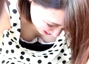 【HD盗撮動画】彼氏がいようがお構いなし!美人ギャルのナマ乳首が拝める秀逸な胸チラ映像!の画像