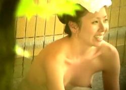 美人なのにスンゲーデカ乳首ww 人妻熟女多めの露天風呂盗撮動画で子育てで使い込んだおっぱいを発見wwwの画像