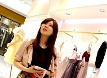 高級ドレス売り場で遭遇した超美人な店員さんのこんもりした股間を捉えた凄腕撮り師のパンチラ動画!の画像