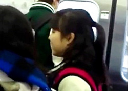 【盗SATU列車】危険パンチラ案件!電車を主戦場とする撮り師が制服JCフレンズのスカートを逆さ撮り!の画像