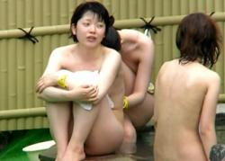 【Aquarium】完全アウト!膨らみかけちっぱいがヤバすぎる有能撮り師の露天風呂盗撮動画!の画像