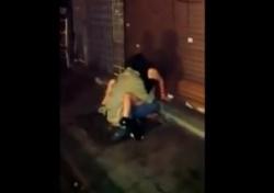 【閲覧注意】SNS大炎上!酔いつぶれた女性をレイプするホームレスを隠し撮りした動画がアップされるの画像