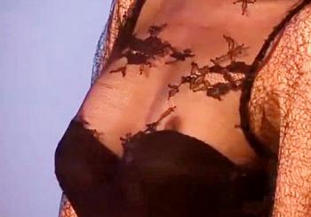【お宝動画】ゴージャスなドレスから乳首ポロリしてしまっている美人コンパニオンのお姉さんwwwの画像