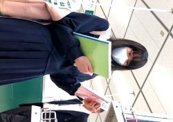 【高画質】私立お嬢様校に通うマスクJCちゃん、木綿の縞々おぱんつを逆さ撮りされてしまうの画像