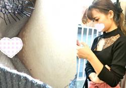 【胸チラ盗撮】ショップ店員?美意識高い系美女のぱっくり開いた胸元から乳首丸見えな件wwの画像