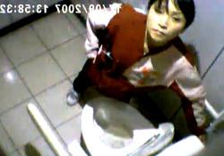 【ガチ】誰もが知っている超有名コンビニ店員のトイレ盗撮動画が流出。しかも最後はカメラ目線の画像