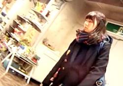【JKパンチラ】ぐうかわJKちゃんのまったりデートにお邪魔してツヤツヤのレース付きサテンパンツを逆さ撮り!【高画質】の画像