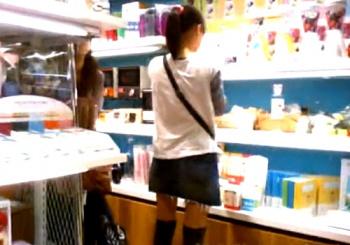お買い物中のJCK3名の逆さ撮りパンチラ。ドット柄ロ●Pが最高っすwww(盗撮動画)の画像