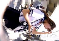 ※閲覧注意「チッ…」小動物系JKのマ●筋パンチラ撮影後に盗撮バレしてカメラに目線がロックオン・・(動画)の画像