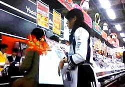 ヨ○バシカ○ラの携帯コーナーで働くコンパニオン兼店員さんのチェック柄ぱんつ・・(盗撮動画)の画像