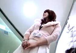 接客中にフロントパンチラ撮り放題の無防備な店員さんwwwの画像