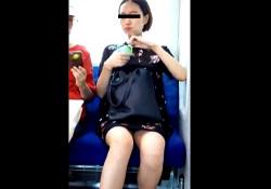 超絶美脚な長澤ま○み似女子大生の電車対面パンチラ・・(盗撮動画)の画像