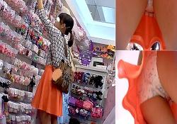 【動画】お買い物中の私服娘のCUTEな綿製プリントぱんつ(フロント逆さ撮りシーン有り)の画像