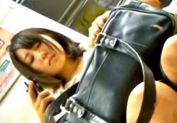 通学電車でも目立ちまくりのアイドル顔美少女JK、純白すぎるサテンPを逆さ撮りされるの画像