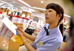 子供服売り場の激カワ店員さん(19歳)、あの撮り師に水色パンツを逆さ撮りされるの画像