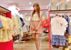 新人ショップ店員ちゃん(金髪ツインテ)、お仕事中にパンチラ盗撮されまくるwwwwの画像