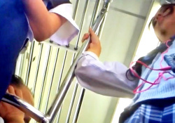 地味な見た目のくせにエッチなパンツを穿いているJKちゃん、ストーカーに盗撮されるwwwの画像
