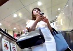 【盗撮動画】伝説の撮り師、新機材で美女2人のパンチラを逆さ撮りの画像