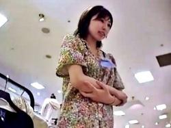 白網タイツがスケベなショップ店員さん、タイツの中身も白パンティーだったww【Mr.研修生】の画像