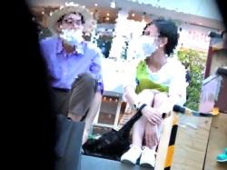 グリーンパークで寛ぐ奥様の清楚すぎるパンティーのキワドイ隙間を盗み見る究極のNTRパンチラ、爆誕ww【未来の坂本】の画像