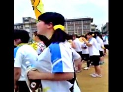マニア受けする巨乳メガネJKちゃん、運動会で大迫力の乳揺れを披露してしまうwww(盗撮動画)の画像