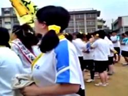 【盗撮】運動会に来た保護者、子供そっちのけで地味顔巨乳メガネJCの乳揺ればかり撮影してしまうwwの画像