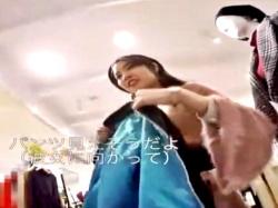 【動画】「パンツ見えそうだよ?」声掛けでセクハラされながらパンチラ盗撮されるショップ店員の画像