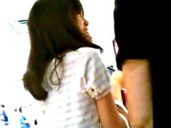 デート中の美人JDちゃん、彼氏の真横で縞々パンツ逆さ撮り盗撮されてしまうwwwwの画像