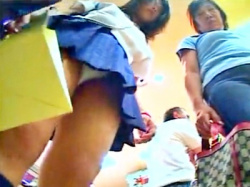 バレた・・!?ママと靴を買いに来た制服JKのパンチラ盗撮中のハプニングが怖すぎるの画像